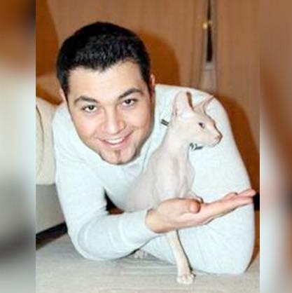 Алексей Чумаков и его кот-сфинкс Гуччи фото