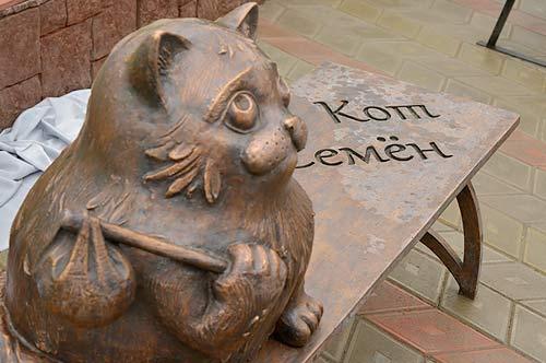 В Мурманске торжественно открыли памятник коту Семену фото