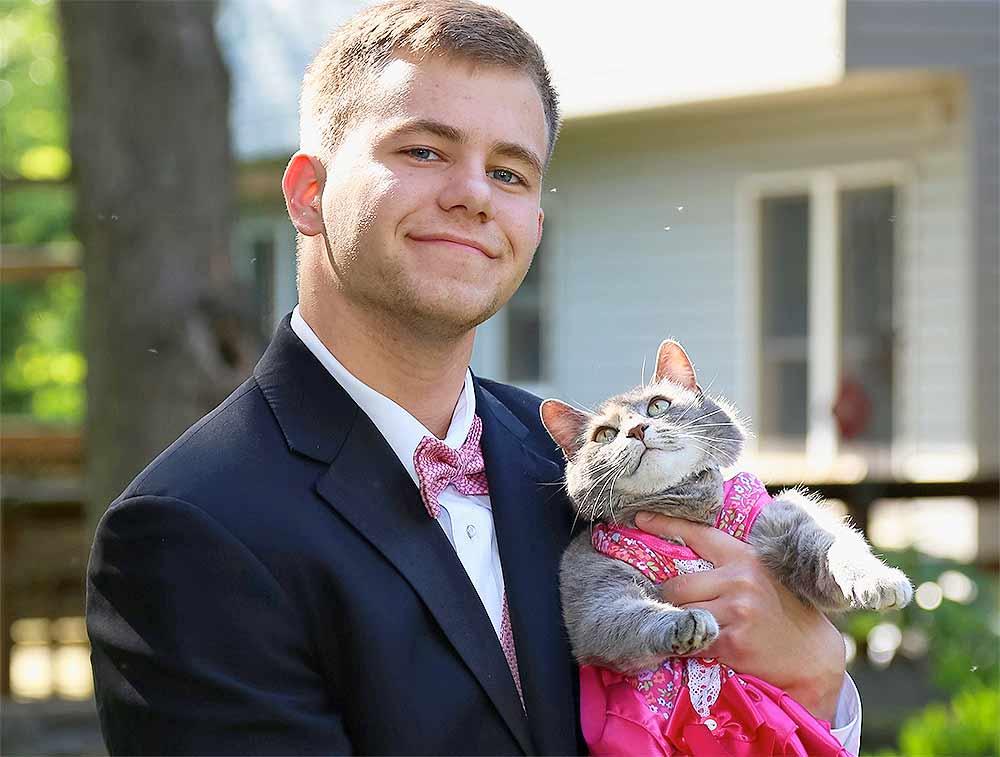 Американский школьник пригласил кошку на выпускной бал фото